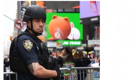 美国多地公共场所加强安全警戒 人流密集地加派警犬巡逻