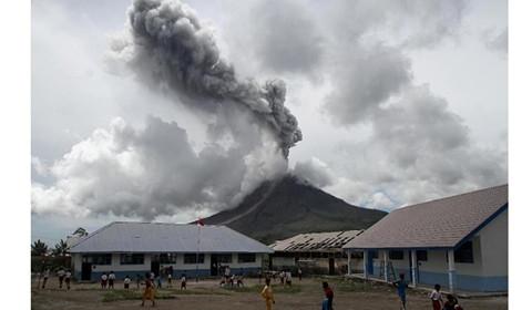 印尼锡纳朋火山持续喷发 小学生淡定围观