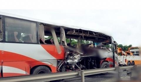 广昆高速客车追尾大货车  已造成4人死亡2人受伤